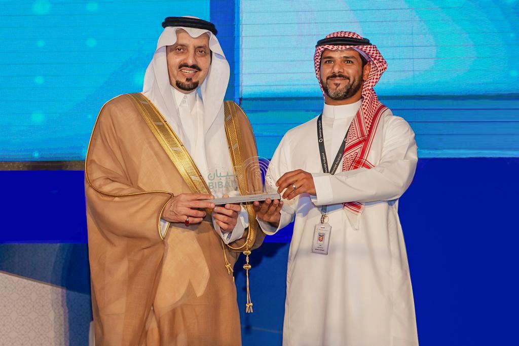 الأمير فيصل بن خالد يسلم أحمد الغامدي درع تكريم التعاونية