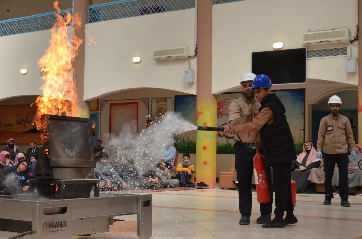 وتدريبهم على كيفية استخدام طفايات الحريق وانواعها (2)