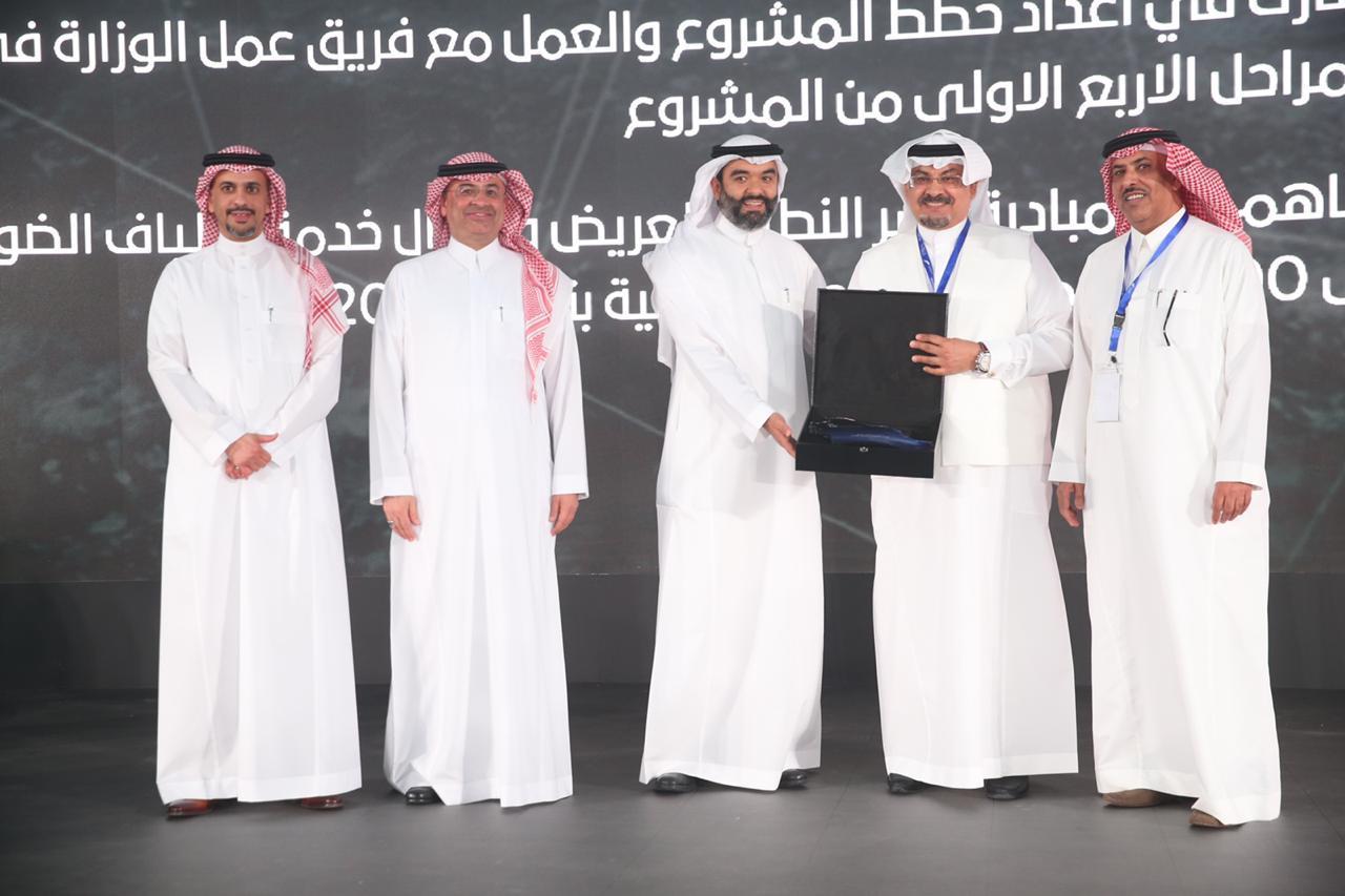 وزير الاتصالات يكرم الرئيس التنفيذي لشركة ضوئيات المتكاملة بحضور الرئيس التنفيذي للسعودية للكهرباء