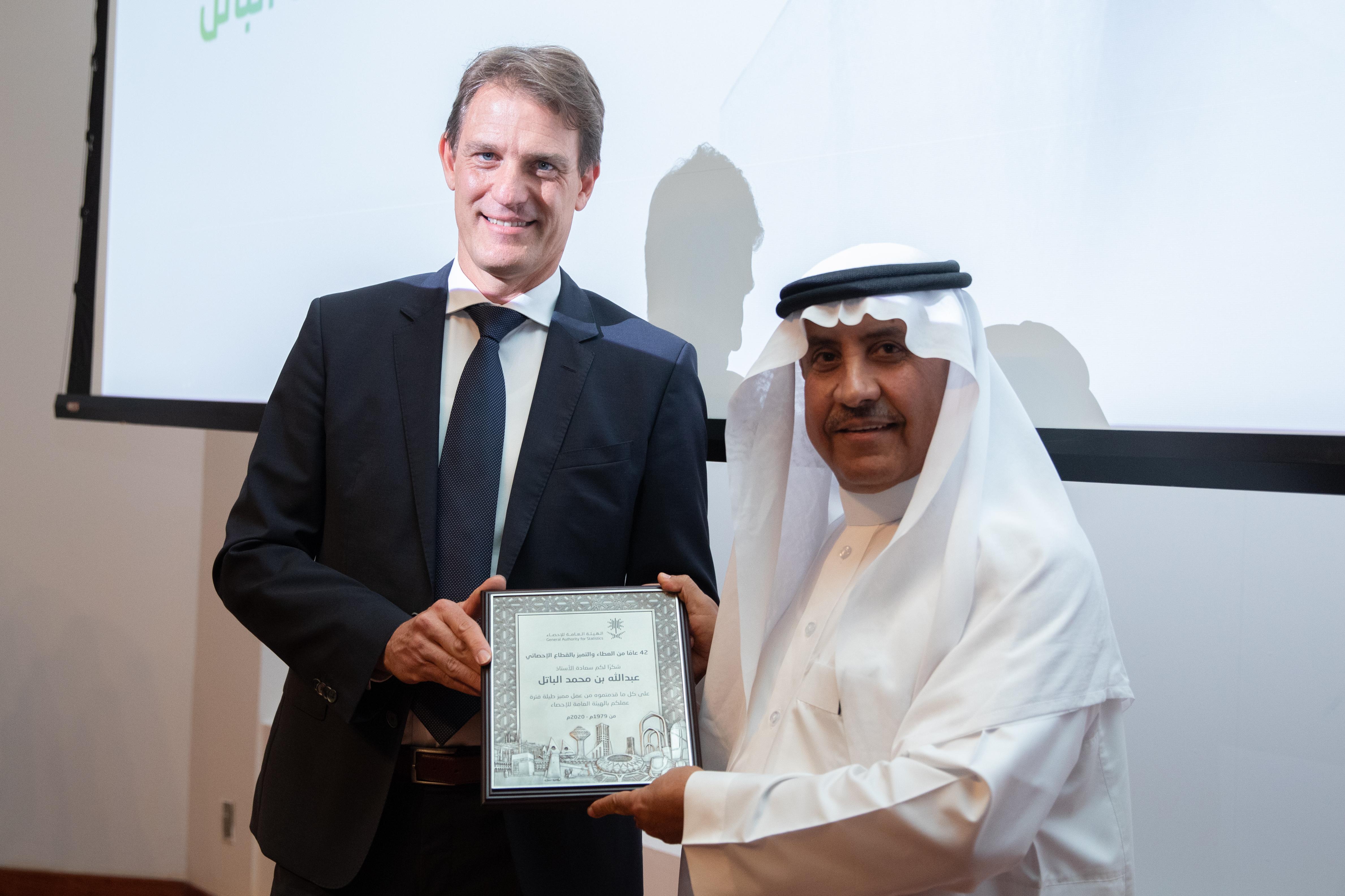 رئيس الهيئة الدكتور كونراد بيسيندورفر والأستاذ عبد الله بن محمد الباتل