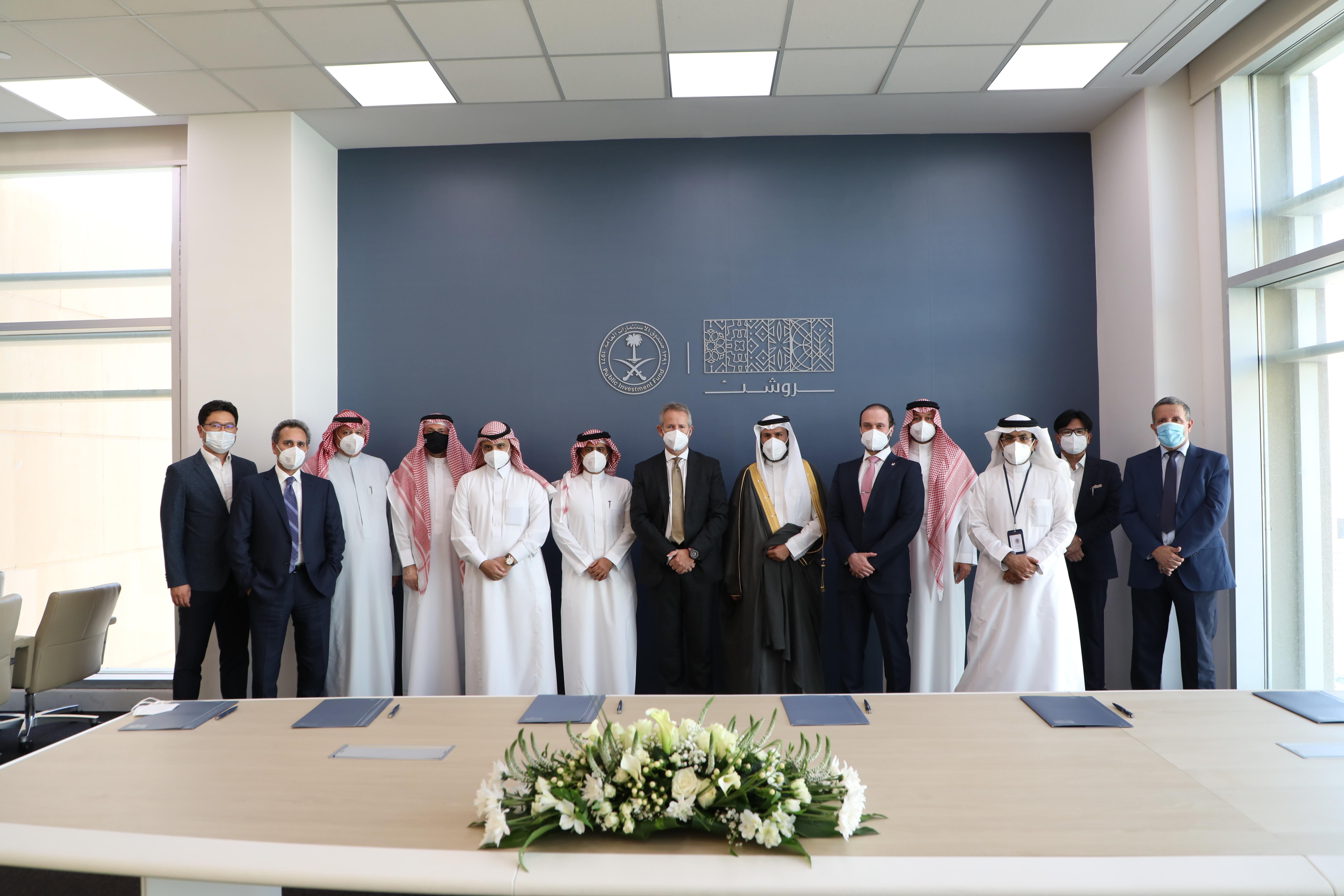 مدراء الشركات التي تم التوقيع معها، يتوسطهم ديفيد جروفر، الرئيس التنفيذي لمجموعة روشن